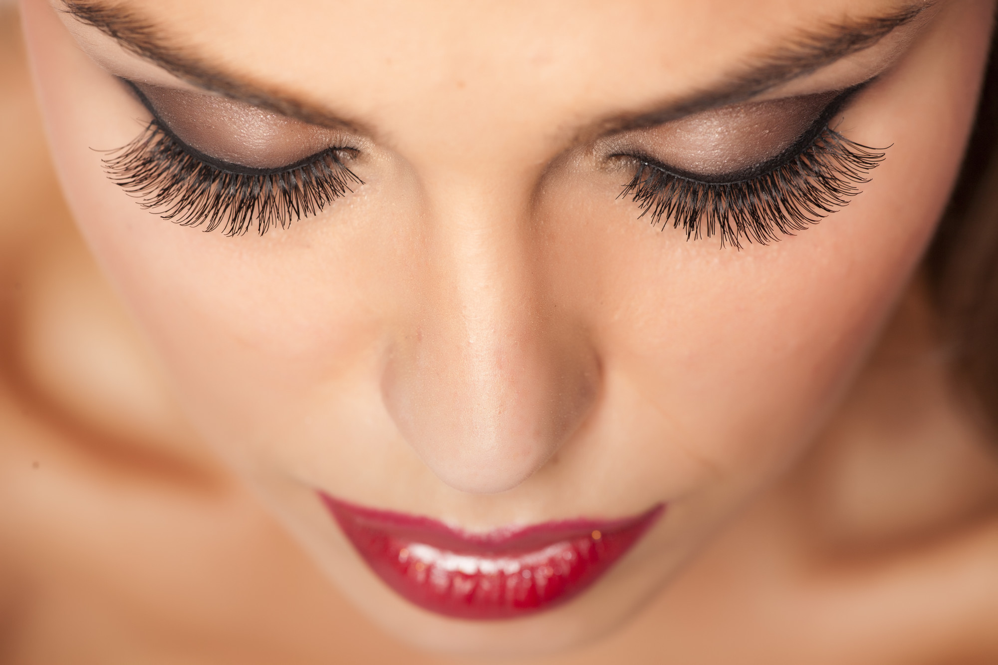 False Lashes vs Lash Extensions: Which Is Better for Your Lifestyle?